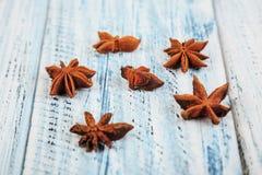 Blommor för stjärnaanis på trätabellen arkivfoto