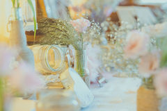 Blommor för wirh för tappningbröllopgarnering fotografering för bildbyråer