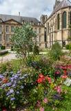 Blommor framme av domkyrkan i Reims royaltyfri foto