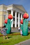 Blommor framme av dramateatern. Kaliningrad Royaltyfri Bild