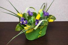 Blommor Gul tulpan- och irisbukett Arkivbilder