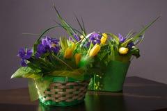 Blommor Gul tulpan- och irisbukett Royaltyfri Fotografi