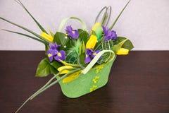 Blommor Gul tulpan- och irisbukett Arkivfoto