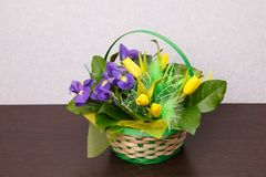 Blommor Gul tulpan- och irisbukett Royaltyfria Bilder