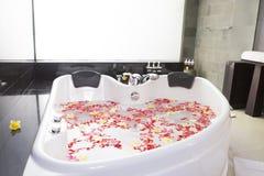 Blommor i en bubbelpool royaltyfri fotografi