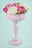 Blommor i en elegant rosa högväxt vase Arkivfoton