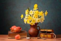 Blommor i en keramisk vas och äpplen Royaltyfria Foton