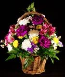 Blommor i en korg Royaltyfri Bild