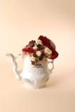 Blommor i en teakruka Arkivfoto