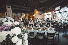 Blommor i en vas för bröllopceremonin Arkivbild