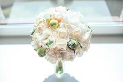 Blommor i en vas för bröllopceremonin Royaltyfri Bild