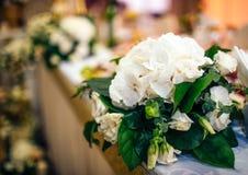 Blommor i en vas för bröllopceremonin Fotografering för Bildbyråer