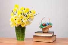 Blommor i en vas och påskägg Royaltyfri Fotografi