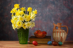 Blommor i en vas och påskägg Fotografering för Bildbyråer