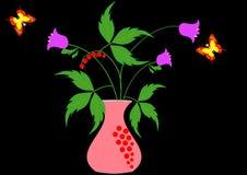 Blommor i en vas på en svart bakgrund och fjärilar Arkivbilder