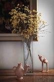 blommor i en vas på skänken Royaltyfri Bild