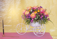Blommor i en vas på skrivbordet Royaltyfria Bilder