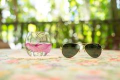Blommor i ett exponeringsglas med mörka exponeringsglas på tabellen Fotografering för Bildbyråer