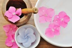 Blommor i ett vatten bowlar med en stearinljus Royaltyfria Bilder