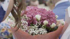 Blommor i händerna av en kvinna lager videofilmer
