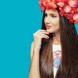 Blommor i huvudet av en härlig flicka Arkivbild