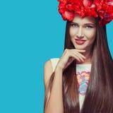 Blommor i huvudet av en härlig flicka Royaltyfri Bild