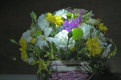 Blommor i korgen Arkivfoto