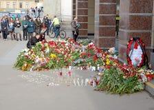 Blommor i minne av de dödade i attackerna Arkivfoton
