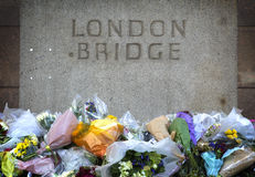 Blommor i minnen till en terroristattack i London Arkivfoto