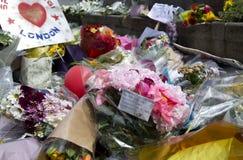 Blommor i minnen till en terroristattack i London Arkivbild