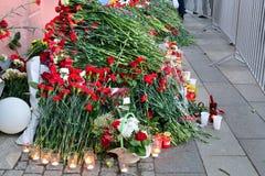 Blommor i minnet av offren av terroristattacken på 3 Ap Arkivfoton