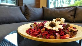 blommor i trämaträtt Arkivfoto