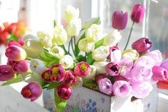 Blommor i vasen på trägolv med betongväggen för bakgrund royaltyfri fotografi
