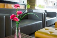 Blommor i vaser för vardagsrumgarnering Royaltyfri Bild