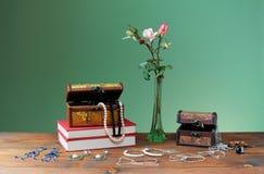 Blommor i vaser och smycken Arkivfoto