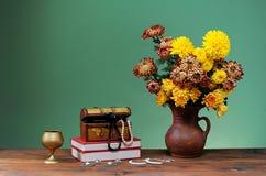 Blommor i vaser och smycken Royaltyfri Foto