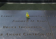 Blommor lämnade på den nationella September 11 minnesmärken på ground zero Arkivfoton