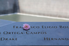 Blommor lämnade på den nationella September 11 minnesmärken på ground zero Arkivfoto