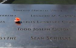 Blommor lämnade på den nationella September 11 minnesmärken på ground zero Arkivbild