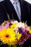 blommor man att presentera Royaltyfria Foton