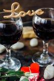Blommor med bokstavsFÖRÄLSKELSE på två exponeringsglas av cola Royaltyfria Bilder