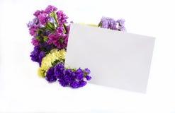 Blommor med hälsningkortet royaltyfria bilder