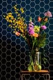 Blommor med honungskakor royaltyfri foto