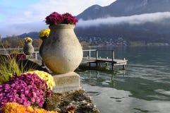 Blommor och Annecy sjö, i Frankrike royaltyfri fotografi