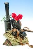 Blommor och arméutrustning royaltyfri fotografi
