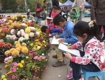 Blommor och barn Royaltyfri Fotografi