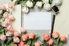 Blommor och bokstäver på tabellen Arkivbild