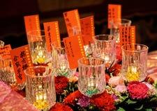 Blommor och bränningstearinljus, templet för Buddhatandrelik Arkivbilder
