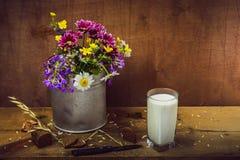 Blommor och bröd för stillebenflowersStillliv, mjölkar Arkivfoto