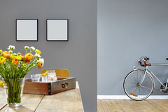 Blommor och dekorerad trätabell i tappninghipsterkafé med cykeln royaltyfria foton